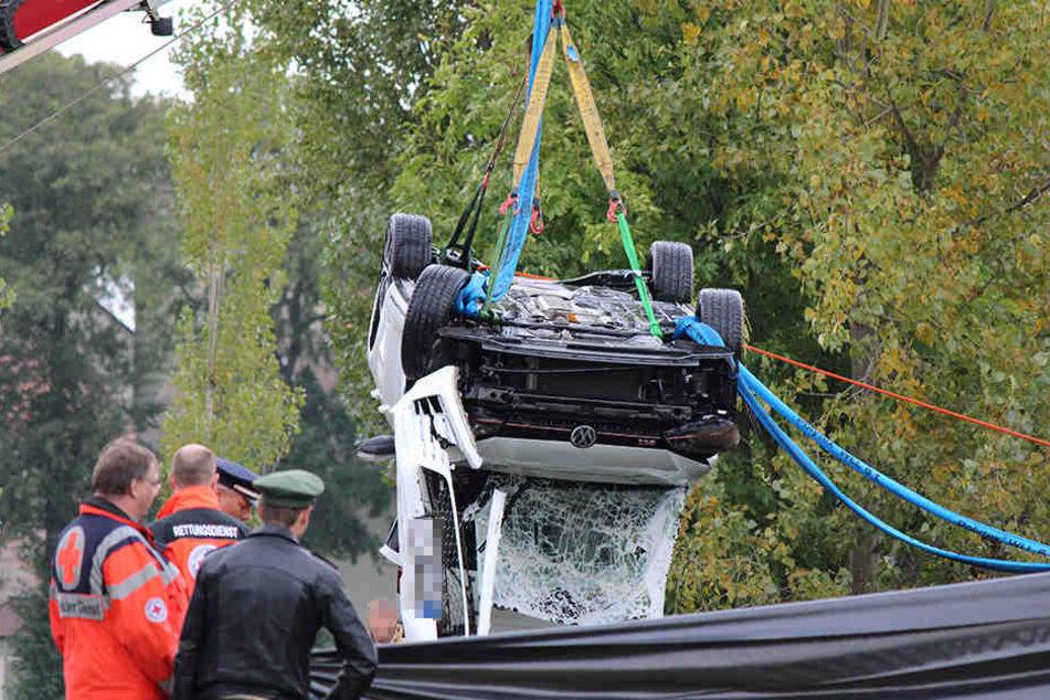 Rettungskräfte starren sichtlich geschockt auf den Wagen des 24-Jährigen.