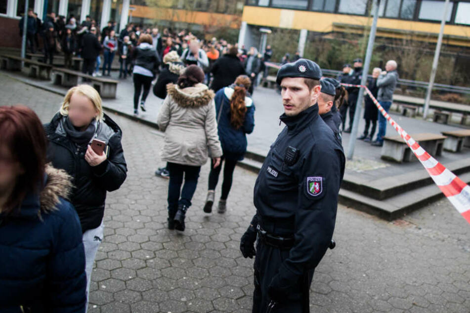 Die Polizei sicherte die Schule am Dienstag und kümmerte sich um die Schüler und Eltern.