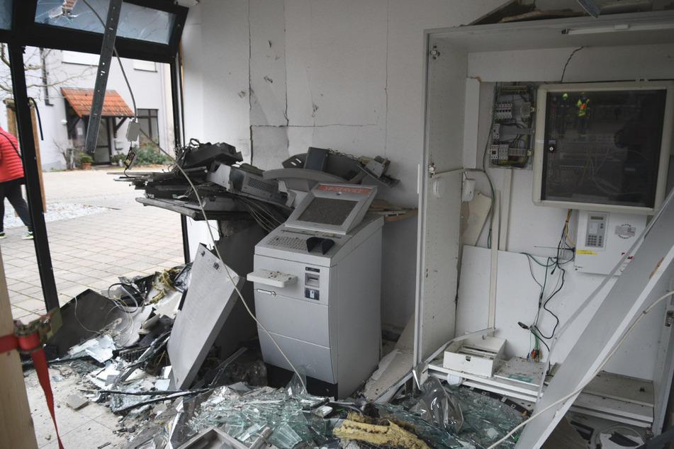 Ein gesprengter Geldautomat steht in einem Bankraum. Die Zahl der Geldautomaten-Sprengungen so hoch wie nie zuvor.