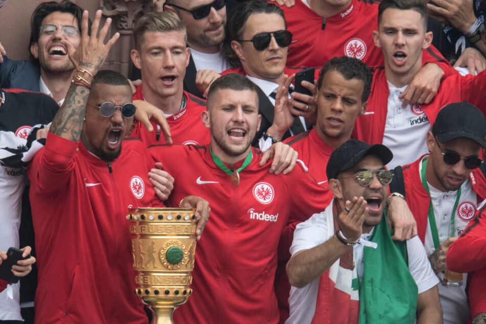 Der Pokalsieger präsentiert sich am Mittwoch ab 10 Uhr auf dem Gelände der Commerzbank Arena (Archivbild).