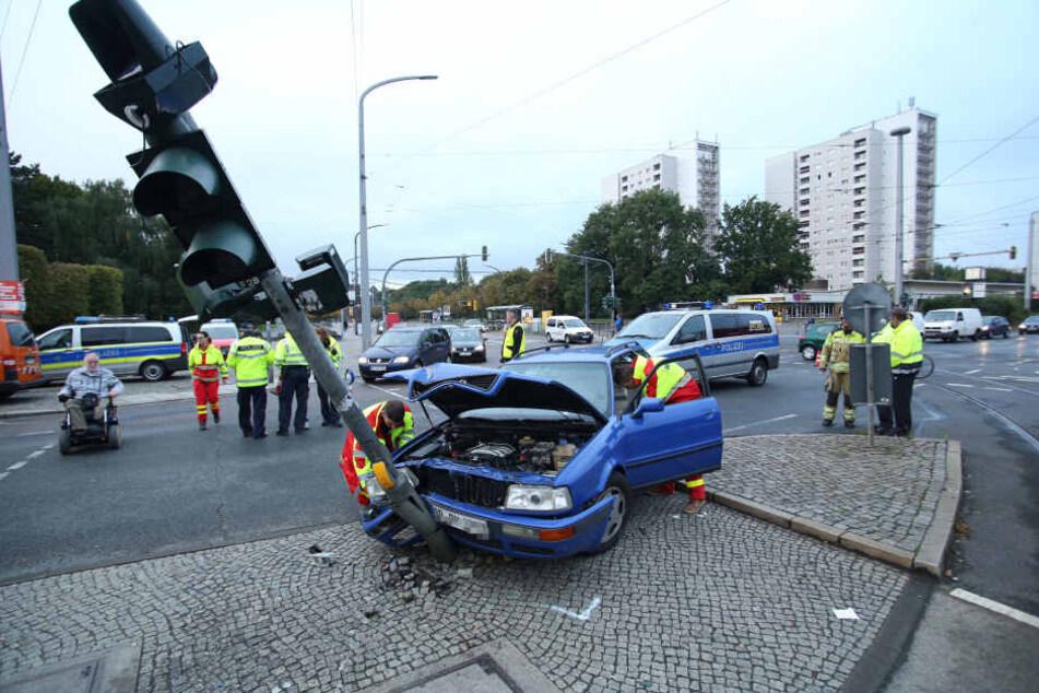 Ein Audi krachte am Straßburger Platz gegen eine Ampel.