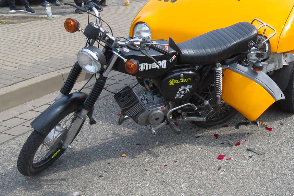 Renault Twingo kracht auf Simson-Moped und verkeilt sich in ihm