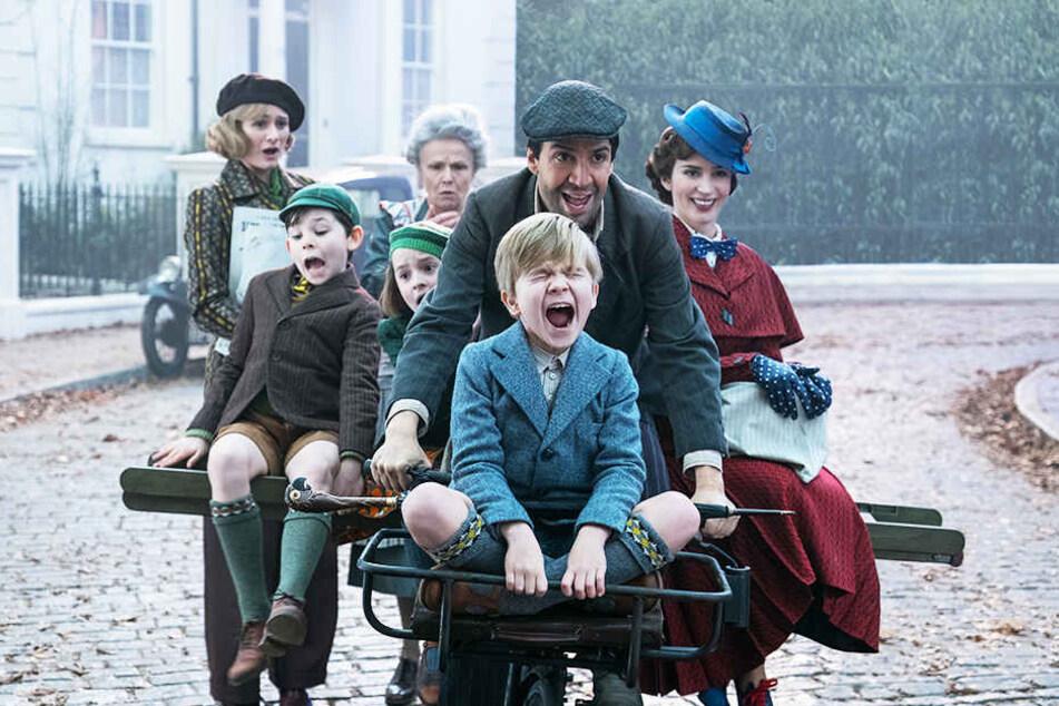 Ein Großteil der Familie Banks macht sich mit Jack (Zweiter von links, Lin-Manuel Miranda) und Mary Poppins (r., Emily Blunt) auf den Weg, um das Haus zu retten.