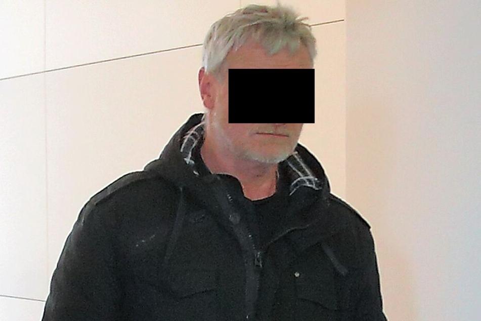 Vor dem Dresdner Amtsgericht räumte Bernd B. (58) ein, dass Geldbeträge vom Kleingarten-Konto in seine Tasche gewandert sind.