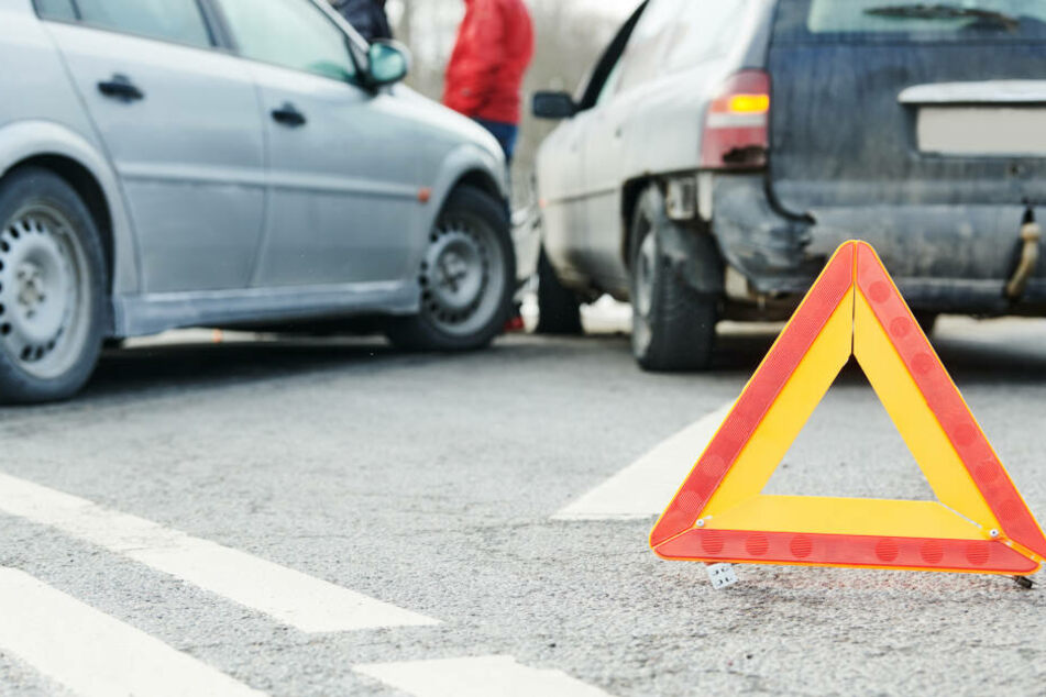 Mercedes fährt aus Grundstück und rammt Kia: Zwei Verletzte