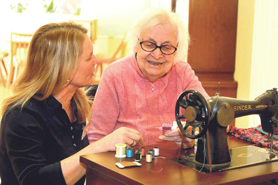 Wenn die ehemalige Schneiderin Margot an einer Nähmaschine sitzt, werden Erinnerungen wach, die Pflegedienstleiterin Heike Hartmann so wachrufen möchte.