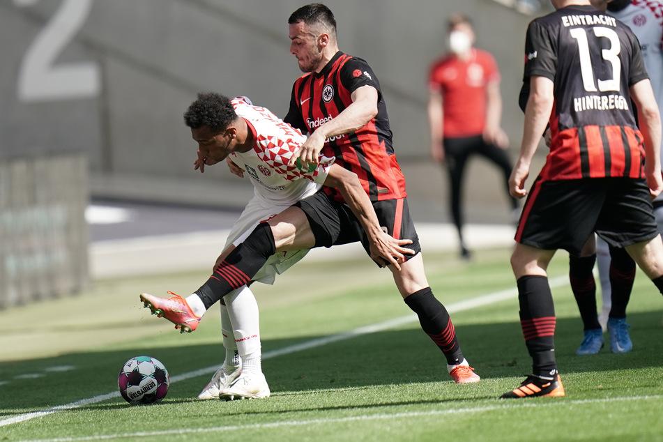 Der Mainzer Karim Onisiwo (l.) und Eintracht Frankfurts Filip Kostic kämpfen um den Ball.