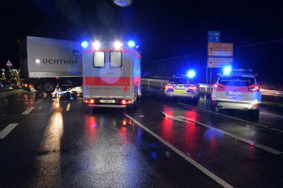 Drei Fahrzeuge des Rettungsdienstes, zwei Notärzte, sowie 16 Feuerwehrleute rückten zur Unfallstelle aus, die L560 musste über 5 Stunden voll gesperrt werden.