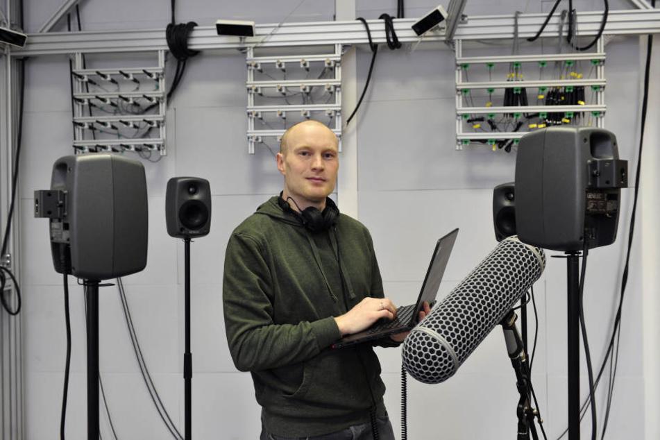 Stefan Stahl (33) wertet im Audio-Labor der TU Chemnitz die Ergebnisse aus.
