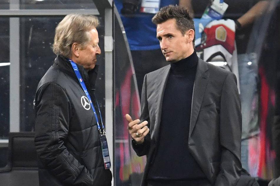 Auch die deutsche Fußball-Nationalmannschaft setzt auf die Dienste des renommierten Physiotherapeuten Klaus Eder, hier am Rande des jüngsten Italien-Länderspiels im Gespräch mit Miroslav Klose (r.).