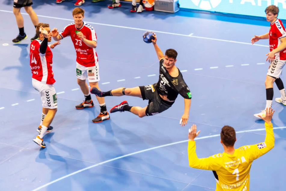 Philip Jungemann (M.) erzielte zwei Tore gegen den HSV und kämpfte energisch in der Abwehr.