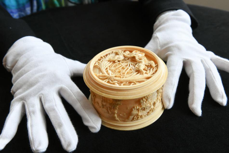 Laut Museumslandschaft Hessen Kassel ist die Puderdose eines der herausragenden Stücke aus Elfenbein des 18. Jahrhunderts.