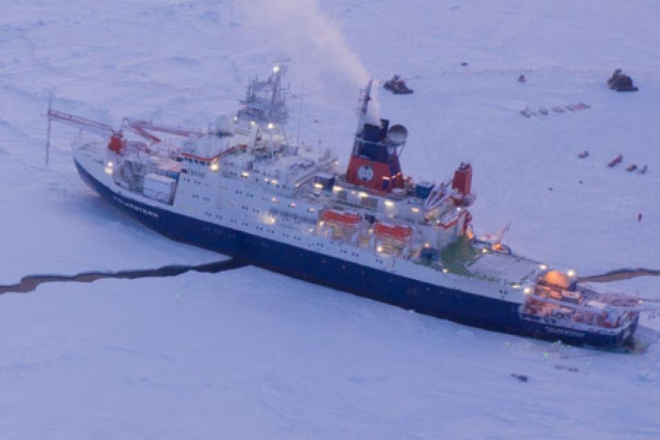 """Das Forschungsschiff """"Polarstern""""liegt eingefrohren im Eis der Zentralarktis."""