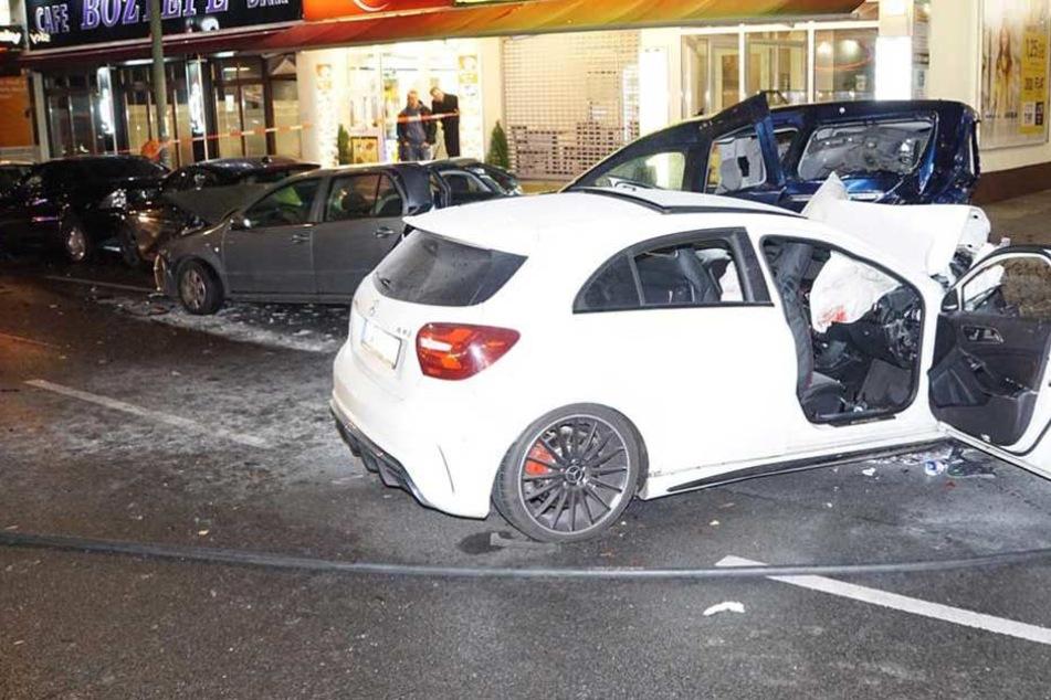 Schwerer Raserunfall Mercedes kracht in parkende Autos - Fünf Verletzte