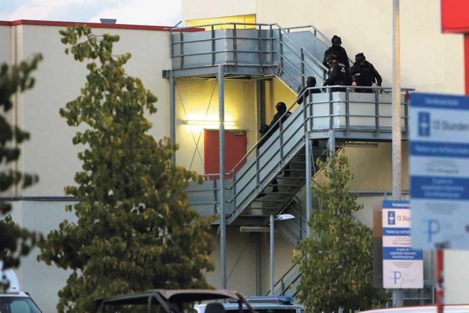 In der Ladenpassage des Reudnitz-Centers wurde ein Terrorist vermutet. Sondereinheit und Bombenspezialisten kamen zum Einsatz.