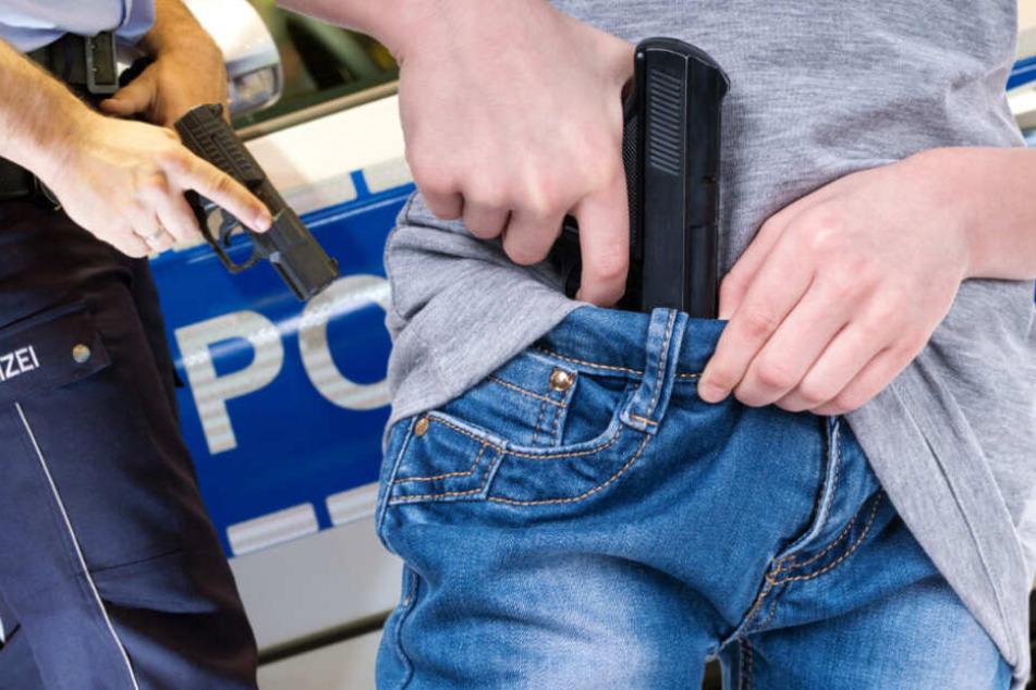 Die Beamten zogen ihre Dienstwaffen (Symbolfoto).