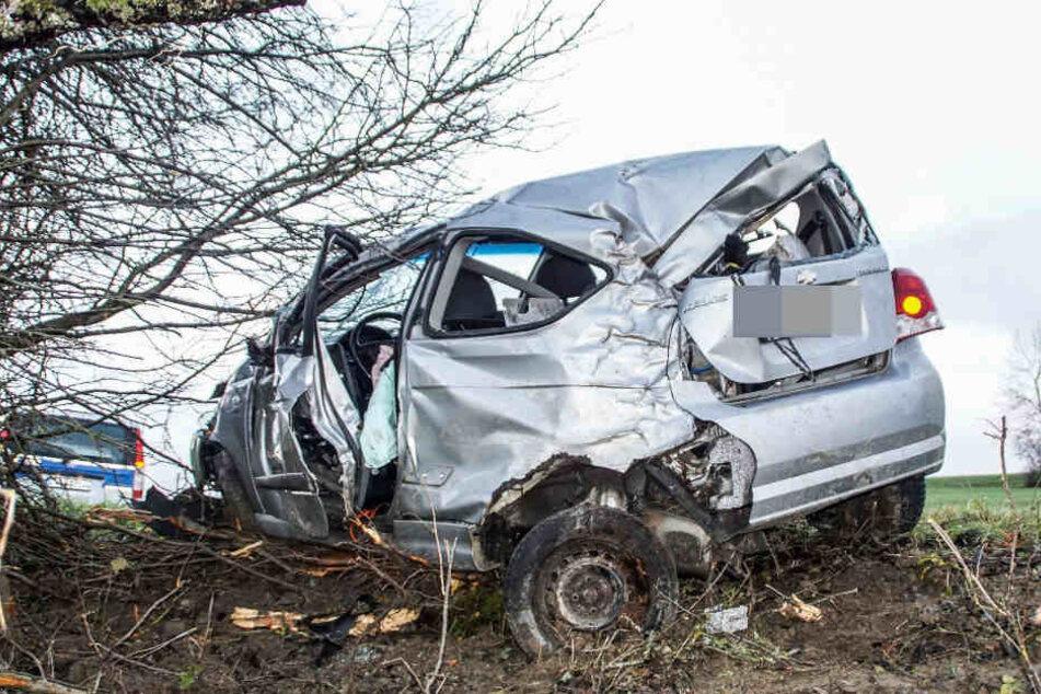 Der 63-jährige Fahrer dieses Autos ist bei dem Unfall lebensgefährlich verletzt worden.