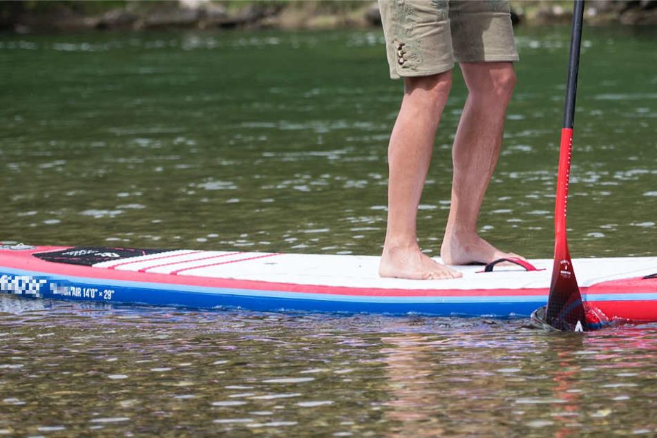 Die Wasserschutzpolizei geht davon aus, dass der gesuchte Stand-up-Paddler lebt (Symbolbild).