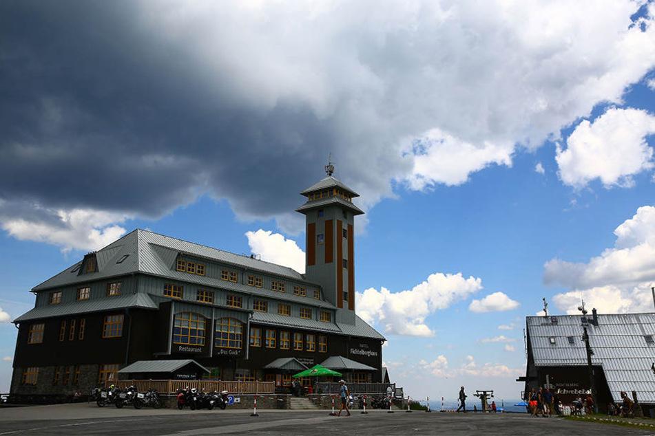 Dunkle Wolken zogen am Donnerstag über den Fichtelberg.