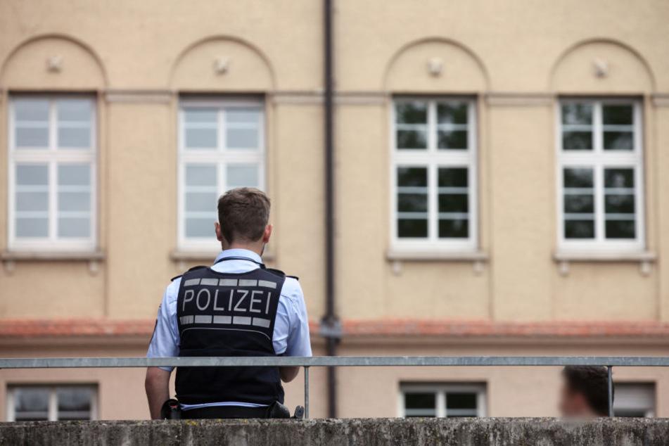 An einer Schule bei Kassel lösten randalierende Jugendliche einen Polizeieinsatz aus. (Symbolbild)