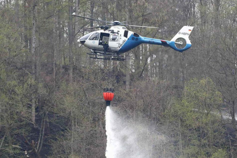 Hubschrauber bei der Bekämpfung eines Waldbrandes. (Archivbild)
