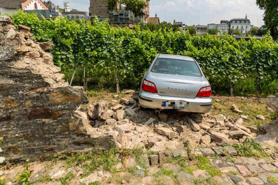 Rums: Der Wucht des Autos hielt die Mauer nicht stand.
