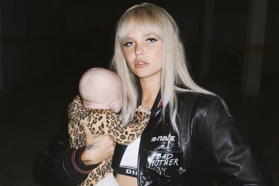 Vor wenigen Monaten ist die Influencerin zusammen mit Tochter Goldie Venus nach Ibiza gezogen.