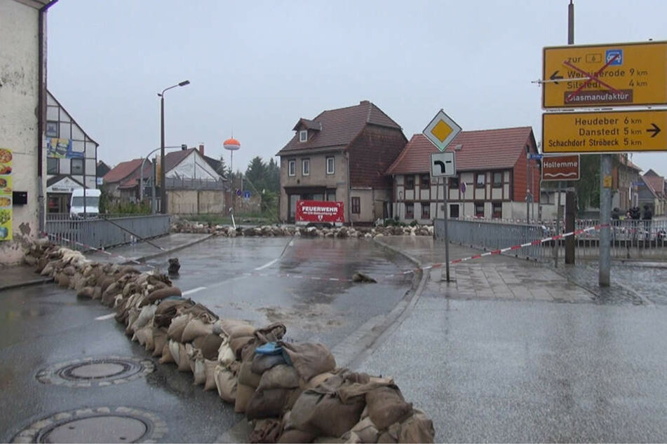 In Derenburg hat die Feuerwehr die Ortsdurchfahrt mittlerweile gesperrt. Im Ort wurden Sandsäcke gestapelt und Deiche gebaut.