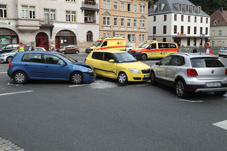 Stau! Drei Autos krachen an Kreuzung zusammen
