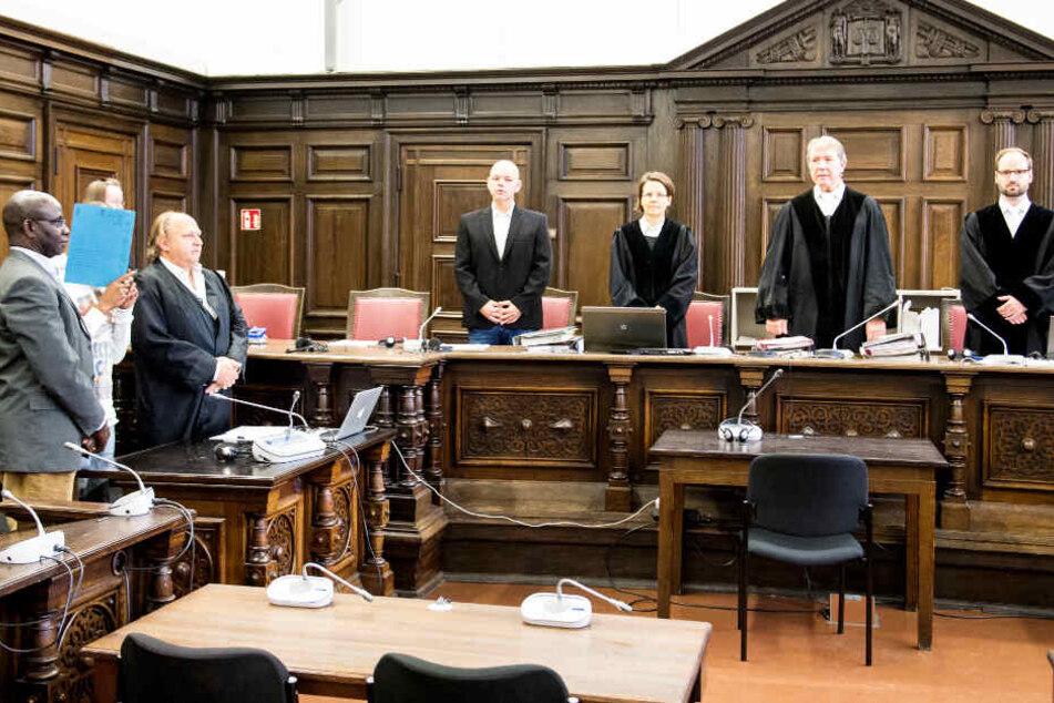Das Landgericht Hamburg verhandelt gegen einen 34-Jährigen aus dem Niger (zweiter von links), da er seine Ex-Frau und die gemeinsame Tochter getötet haben soll.
