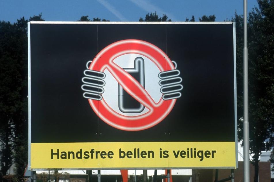 In Holland warnen Schilder vor der Handynutzung am Steuer.