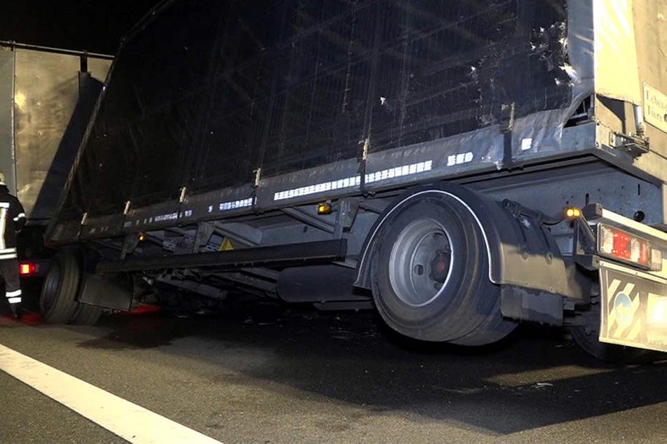 Auf der Autobahn 31 war ein Lkw mit brennenden Reifen unterwegs. Hier steht das Fahrzeug leicht gekippt.