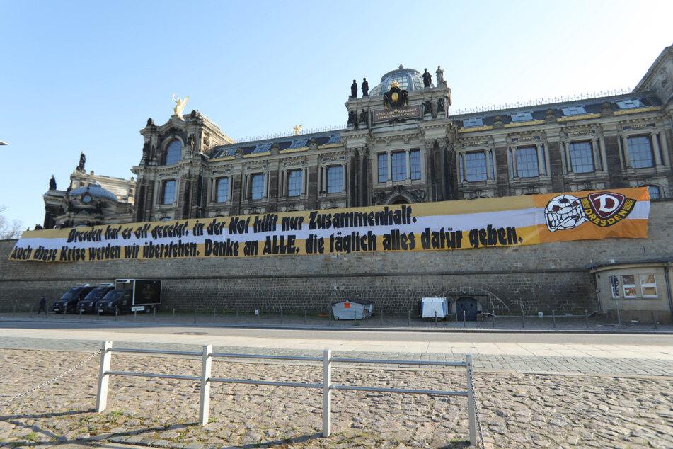 Dynamo-Fans hingen ein riesiges Transparent auf.