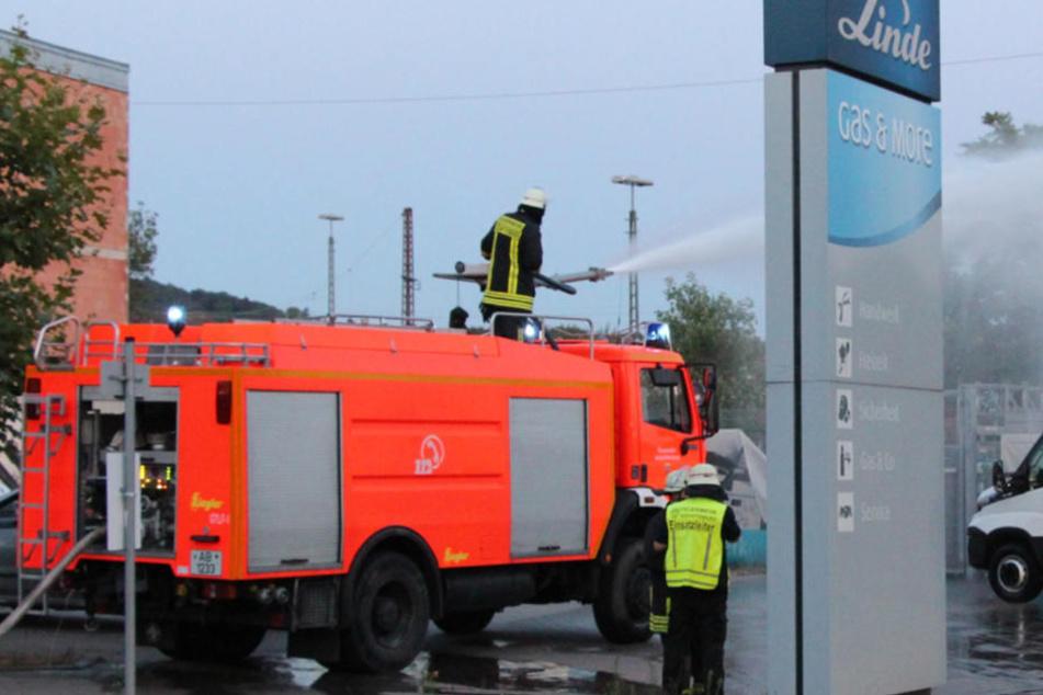 Explosions-Gefahr: Feuerwehr rückt auf Firmengelände von Linde an