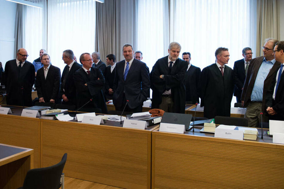 Die sechs Ex-Manager mit ihren insgesamt zwölf Verteidigern.