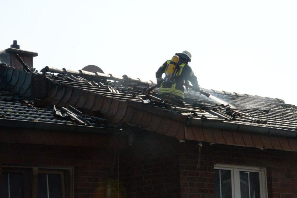 Die Brandnester zogen sich schnell unter den Dachstuhl.