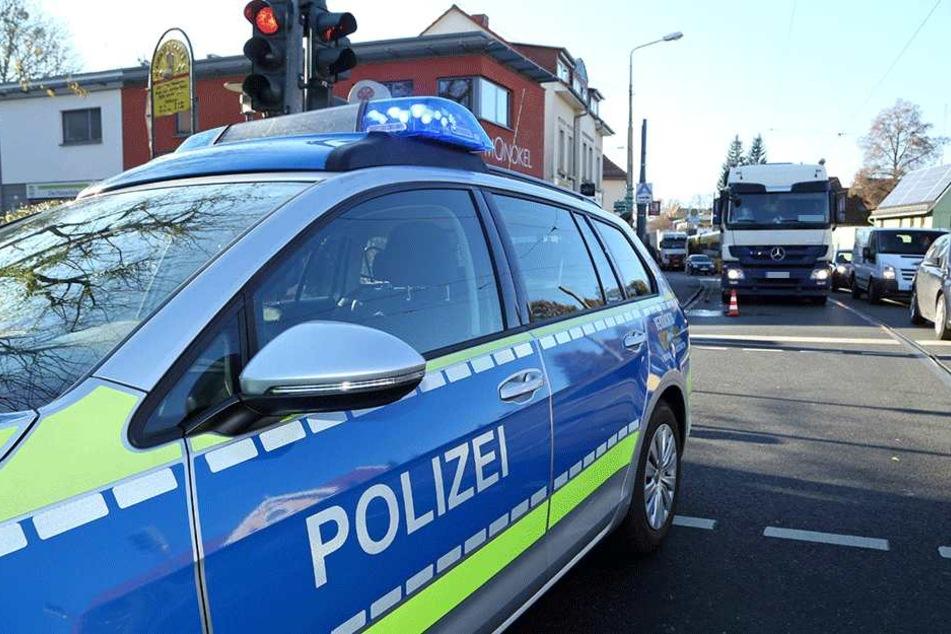 Die Frau wurde von dem Mercedes-Laster (hinten) erfasst. Die Polizei sicherte die Unfallstelle.
