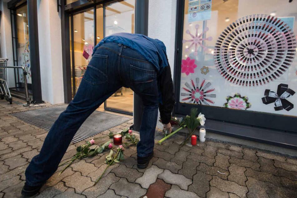Trauernde legten Blumen ab und zündeten Kerzen an.