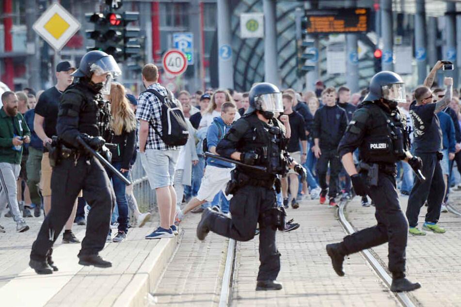 """Polizisten laufen nach dem Abbruch des Chemnitzer Stadtfestes durch die City. Am 26. August 2018 hatten sich rund 800 Menschen zu einer spontanen Demo """"gegen Gewalt"""" versammelt."""