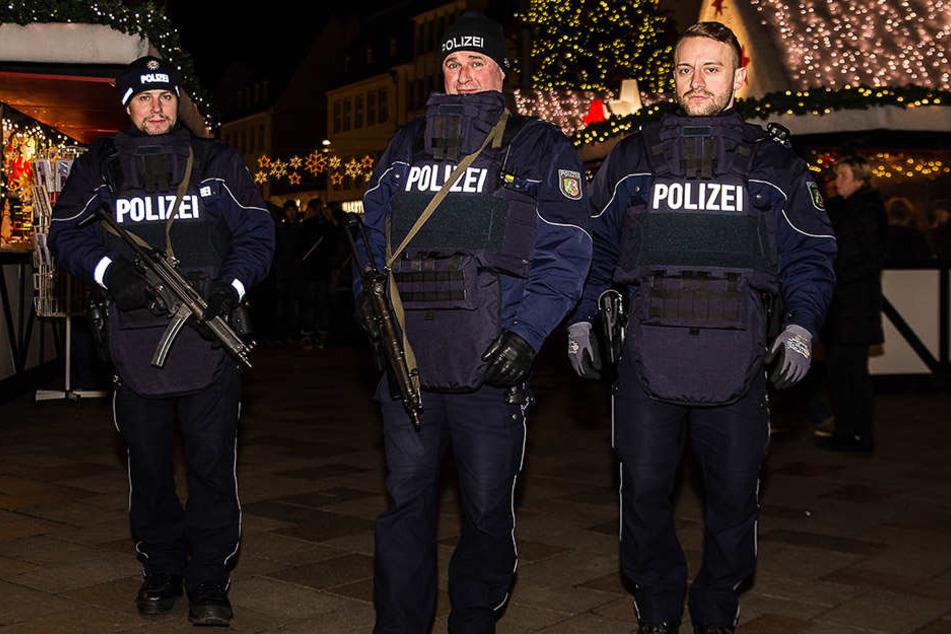 Die Polizei auf dem Bielefelder Weihnachtsmarkt ist schwer bewaffnet.