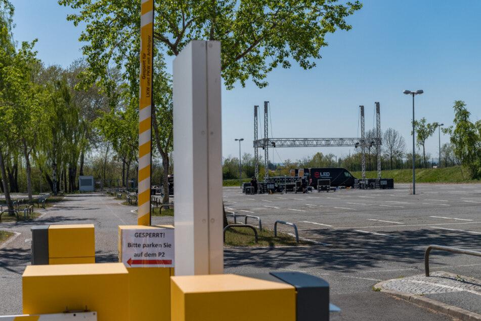 Dresdens erstes Autokino auf dem Flughafenparkplatz. Der Aufbau lief Donnerstag noch.