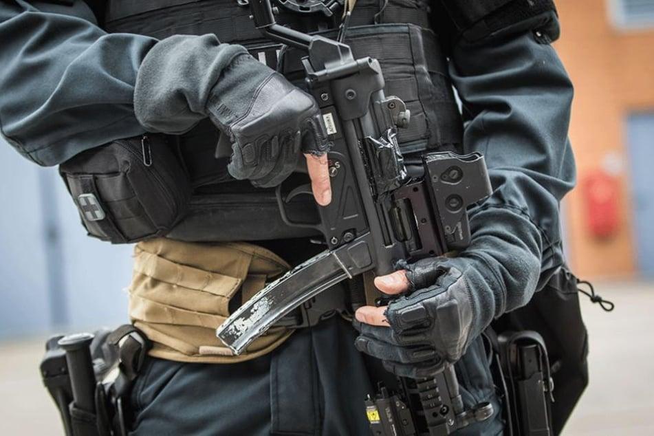 Ein schwer bewaffneter SEK-Beamter (Archivbild).