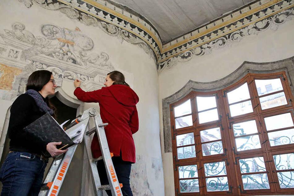 Die Restauratorinnen Marie Heyer (r.) und Daniela Arnold arbeiten an einer  Cranach-Wandmalerei in der Spiegelstube im berühmten Großen Wendelstein.