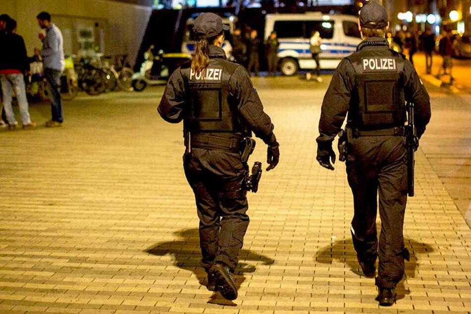 Polizisten nahmen die beiden Mädchen fest. (Archivbild).