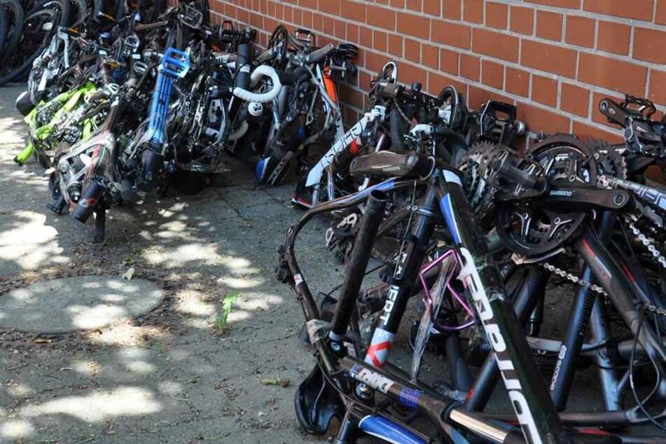 Polizei findet Dutzende Luxus-Bikes in Kleintransporter
