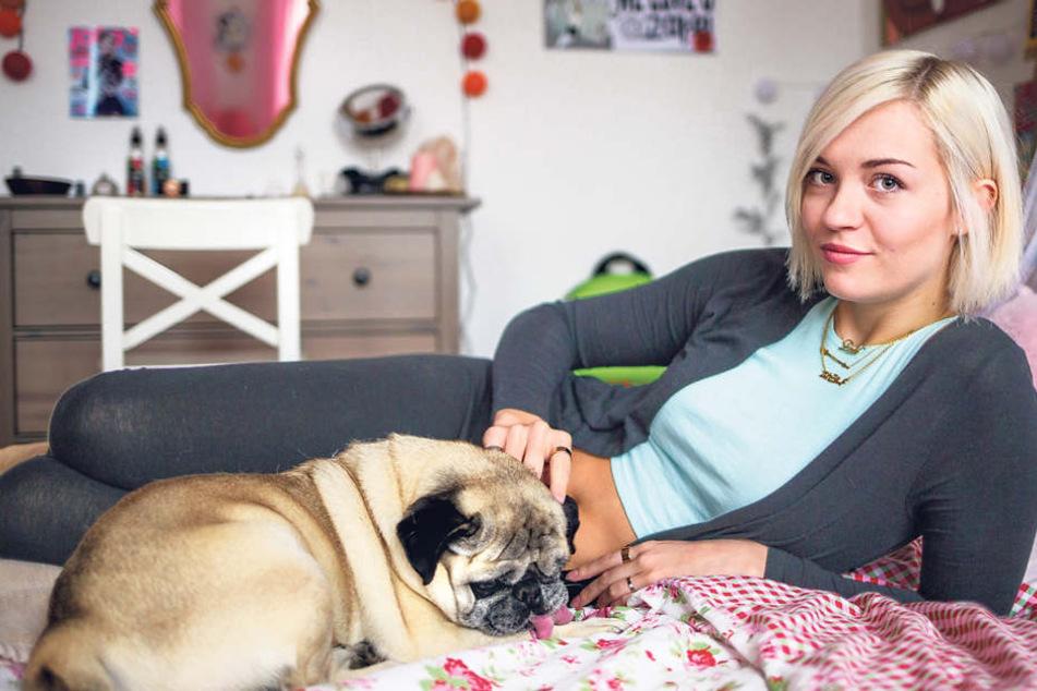 Zu Hause kümmert sich die junge Studentin um ihren Hund Bobby, nebenbei  modelt sie.