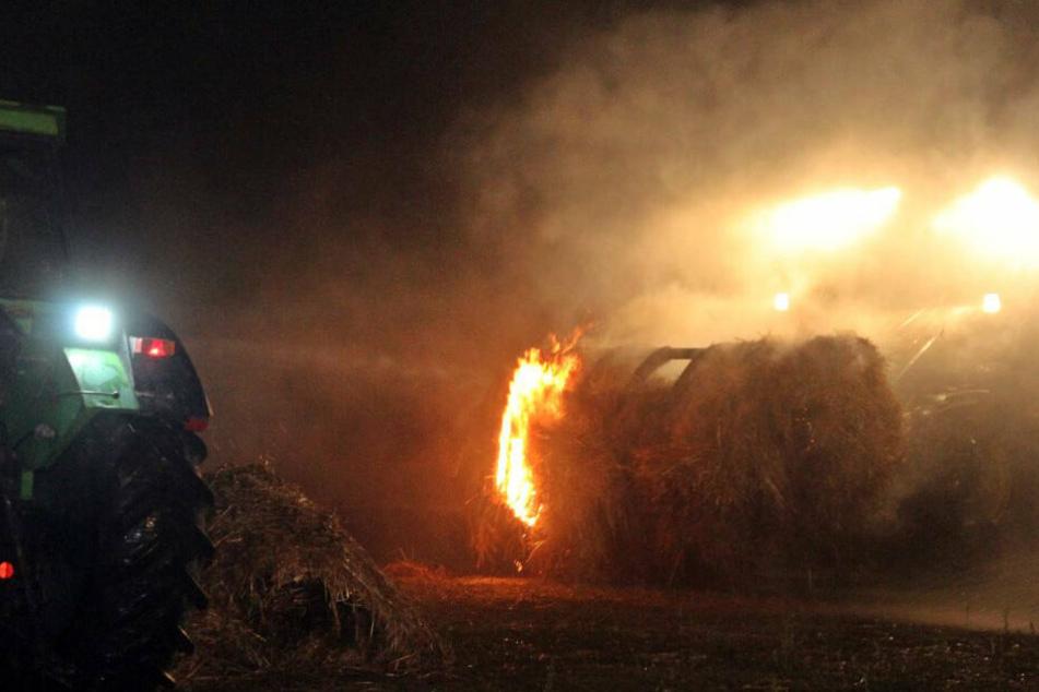 Die brennenden Heuballen mussten mit Radladern aus der Halle gebracht werden.