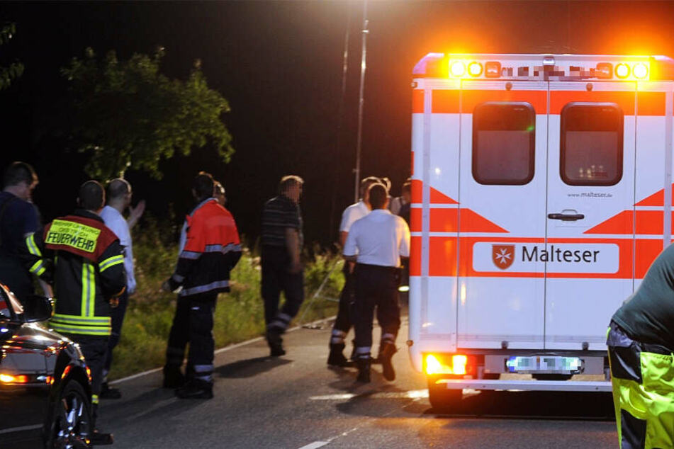 Horror-Unfall: 25-Jähriger sitzt auf Straße, Autofahrerin (20) kann nicht mehr ausweichen
