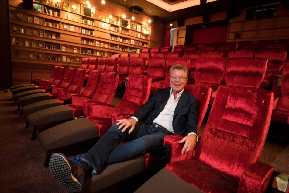 Hans-Joachim Flebbe, Gründer der Astor-Filmkette, sitzt im Clubkino der Astor Film Lounge.