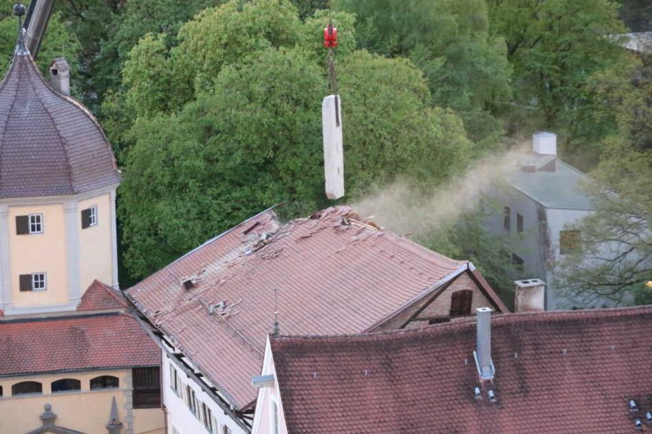 Der Kamin wurde mit einem Kran gehoben, das Dach teilweise kontrolliert zum Einsturz gebracht.